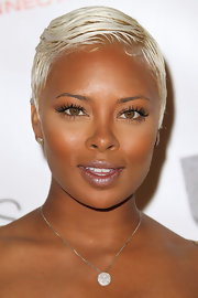 Model Eva Pigford kept her look simple with a diamond pendant neckalce.