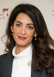Amal Clooney completed her look with a classic dangling earrings.