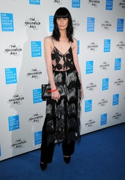 Erin O'Connor completed her look with a simple black leather clutch.