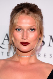 Toni Garrn finished off her look with a glamorous red pout.