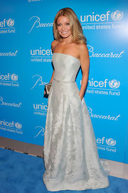 Kelly Ripa looked regal in this strapless brocade ball gown at the UNICEF Snowflake Ball.