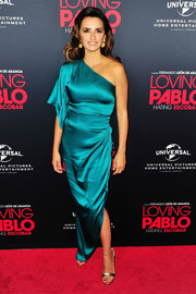 Penelope Cruz looked gorgeous in an asymmetrical teal satin dress by Ralph & Russo at the special screening of 'Loving Pablo.'