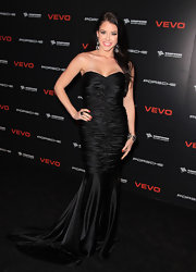 Jadyn went for Old Hollywood glamour in this black satin strapless gown with a long train.