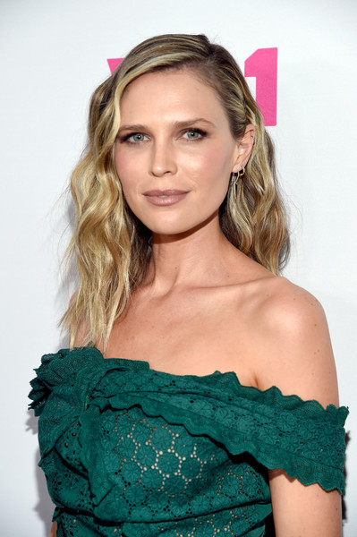 Sara Foster sported a gorgeous wavy hairstyle at the 'Barely Famous' season 2 party.