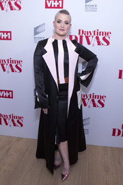 Kelly Osbourne arrived for the premiere of 'Daytime Divas' wearing a black satin coat with contrast pockets and lapels.