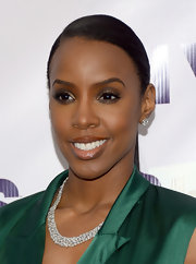 Kelly Rowland attended VH1 Divas 2012 wearing a diamond collar necklace.