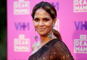 Halle Berry pulled her hair back into a low, center-parted ponytail for VH1's Dear Mama event.