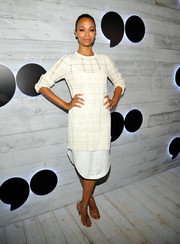 Zoe Saldana paired her dress with simple yet chic silver ankle-strap sandals.