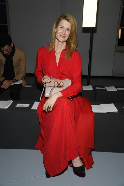 Laura Dern accessorized with a stylish nude leather bag by Valentino during the brand's Menswear Fall 2019 show.