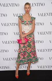 Karolina Kurkova added an extra dose of sweetness with a bowed pink satin clutch.