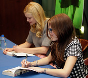Zoey Deutch wore a classic silver quartz watch at the 'Vampire Academy' book and poster signing.