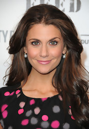 TV personality Samantha Harris showed her support for the FEED Foundation looking polka-dot pretty in her black and pink dress. She flaunted her highlighted brunette mane while walking the red carpet.