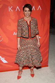 Alyssa Milano teamed her outfit with bright red ankle-tie pumps.