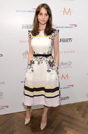 Felicity Jones' gray pointy pumps went perfectly with her lovely dress.