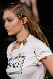 Gigi Hadid sported a simple straight hairstyle while walking the Versace runway show.