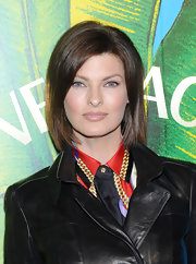 Linda Evangelista was looking lovely wearing soft makeup paired with nude lipstick at the Versace for H&M fashion event.