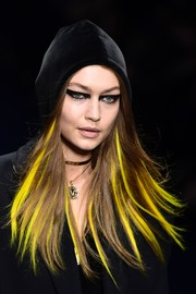 Gigi Hadid was unrecognizable with her extreme cat eye and yellow-streaked locks while walking the Versace runway.