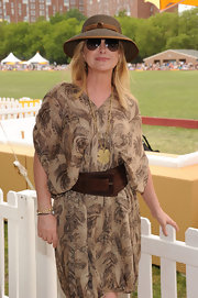 Kathy Hilton's oversize brown belt looked perfect for her dress.
