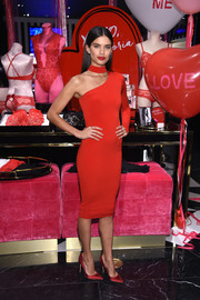 Sara Sampaio sealed off her all-red look with a pair of satin pumps.