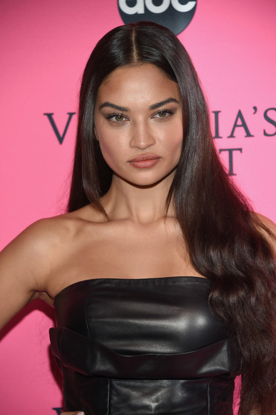 Shanina Shaik wore her long tresses down with a center part at the Victoria's Secret viewing party.