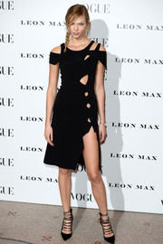 Karlie Kloss added extra punch with a pair of strappy black pumps by Aquazzura.