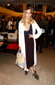 Suki Waterhouse accessorized with a cute Burberry tote featuring a whimsical pastel print.