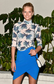 Toni Garrn complimented her light outfit with an uncomplicated little purse by Stella McCartney.