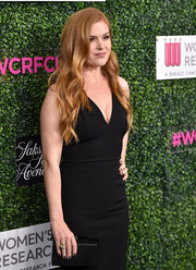 Isla Fisher kept it super simple with this black Edie Parker box clutch and Victoria Beckham dress combo during WCRF's 'An Unforgettable Evening' event.