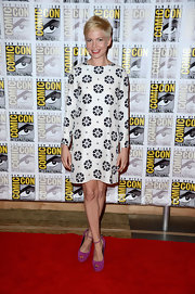 Michelle Williams wore a Twiggy-inspired long-sleeved dress with cool retro designs.