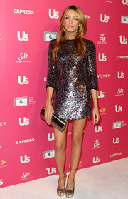 Katie Cassidy is stunning in this multi-colored sequins cocktail dress. Her matching silver clutch is to die for.