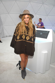 Rachel Platten covered up in a loose brown cardigan for Winter Bumbleland.