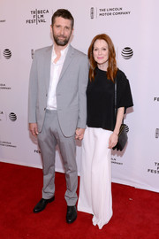 Julianne Moore accessorized her look with a black python shoulder bag.