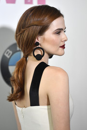 Zoey Deutch sealed off her look with a pair of black costume hoops.