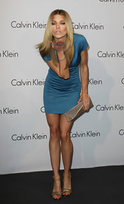 AnnaLynne McCord showed off her signature pose while on the red carpet. She paired her electric blue dress with a metallic envelope clutch.