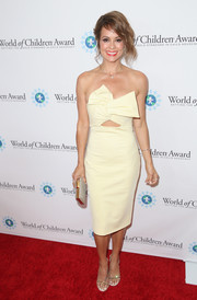 Brooke Burke-Charvet turned heads at the World of Children Award Alumni Honors in a Cushnie Et Ochs strapless dress with peekaboo and bow detailing.
