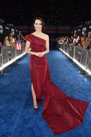 Daisy Ridley complemented her dress with a pair of metallic red pumps.