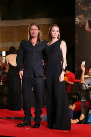 Angelina stuck to one of her favorite colors— black — at the Japan premiere of 'World War Z.'
