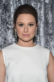 Katie Lowes attended the Yahoo News White House Correspondents' Dinner pre-party wearing a classic loose bun.