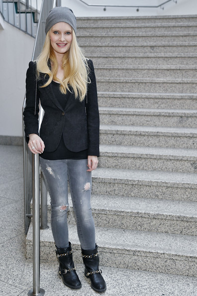 A pair of ripped jeans gave Mirja Du Mont's daytime look a bit of an edgy feel.