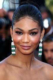 Chanel Iman polished off her glamorous look with a massive pair of diamond and emerald chandelier earrings by de Grisogono.