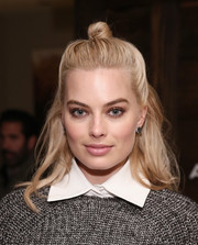 Margot Robbie attended the 'Z for Zachariah' dinner wearing a youthful knotted half-up 'do.