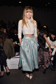 Jessica Hart flaunted her tiny waist in a cream-colored cable-knit crop-top at the Zimmermann fashion show.