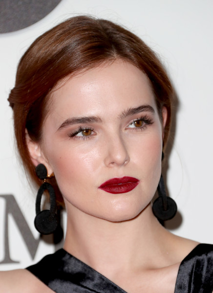 Zoey Deutch Red Lipstick [film,hair,face,lip,hairstyle,eyebrow,chin,beauty,cheek,brown hair,forehead,women,zoey deutch,women in film 2017 crystal lucy awards,crystal lucy awards,the beverly hilton hotel,beverly hills,max mara,bmw,red carpet]