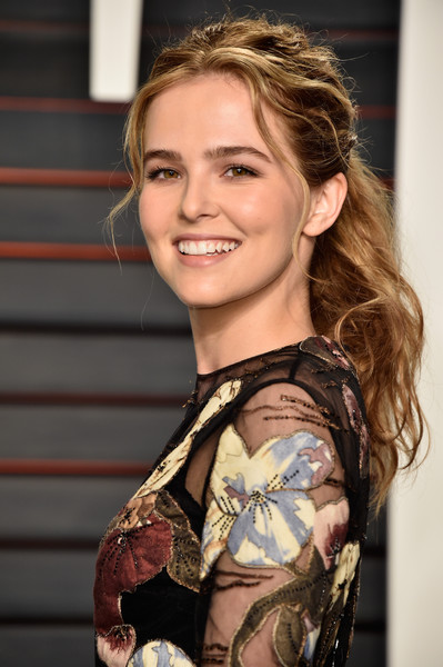 Zoey Deutch Loose Ponytail [zoey deutch,graydon carter - arrivals,graydon carter,hair,hairstyle,fashion,beauty,fashion model,blond,shoulder,long hair,model,brown hair,beverly hills,california,wallis annenberg center for the performing arts,vanity fair,oscar party]