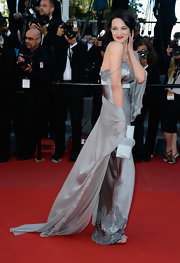 Asia Argento looked lovely in this gray silk slip dress that featured lace accents and a matching flowing shawl.