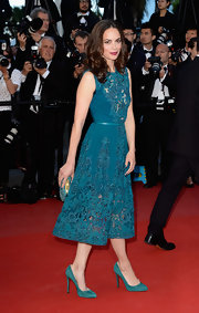 Berenice Bejo stunned in a teal embroidered cocktail dress, which she accessorized with matching shoes and clutch.