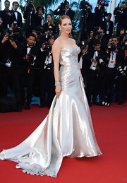 Uma Thurman's silver strapless gown featured a ruched fitted bodice and flowing train skirt for a totally effortlessly chic red carpet look.