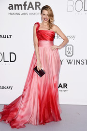 Petra Nemcova paired her lovely dress with a purple box clutch.