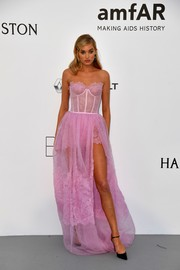 Elsa Hosk hovered between sweet and flirty in a strapless pink corset gown by Ermanno Scervino at the amfAR Gala Cannes 2017.