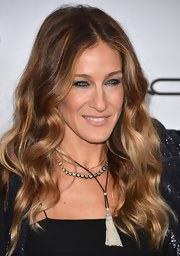 Nobody wears voluminous waves quite like Sarah Jessica Parker. Her brushed-out spirals were as gorgeous as ever at the amfAR Inspiration Gala.